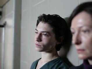 Na adolescência, a condição não reconhecida de Kevin leva a tragédia à família e à comunidade onde eles vivem