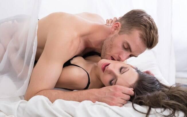 Testar uma posição sexual diferente é uma opção interessantes para apimentar a relação entre quatro paredes