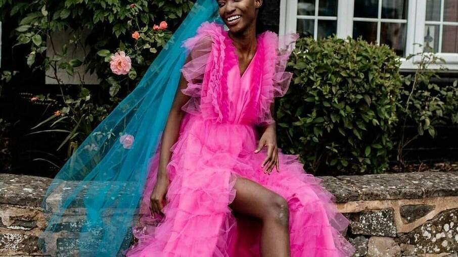 Já pensou em ousar no grande dia e usar um vestido colorido? Confira opções