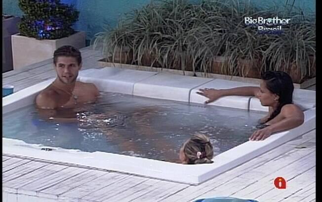 Jonas, Fabiana e Kelly relaxam na hidromassagem