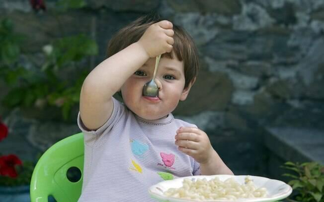 Aprender a comer sem o auxílio de um adulto é um desafio para as crianças