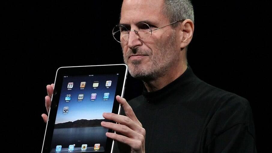 Jobs e o primeiro iPad, lançado em janeiro de 2010