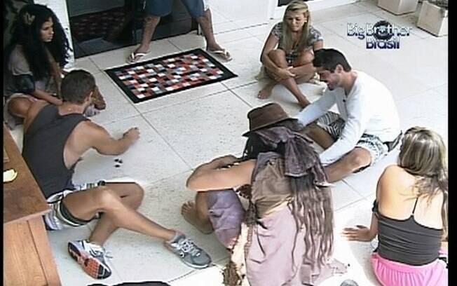 Galera relembra infância e se diverte com pedrinhas na brincadeira das 'cinco marias'