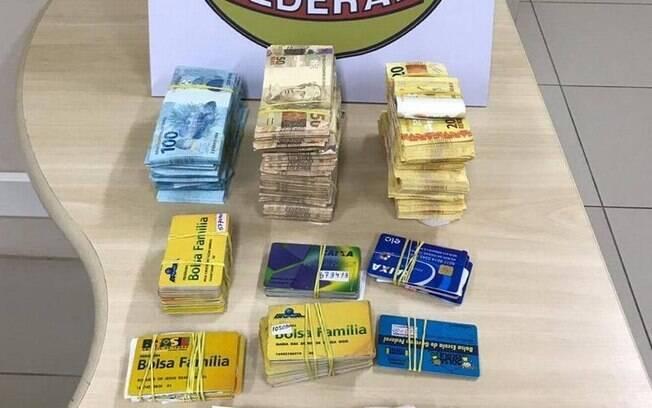 Dinheiro e cartões apreendidos pela Polícia Federal