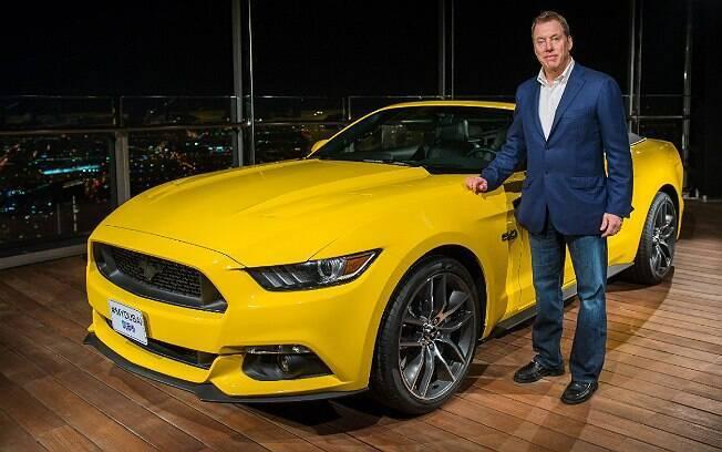 Bill Ford e o Mustang 2015 no Burj Khalifa, em Dubai