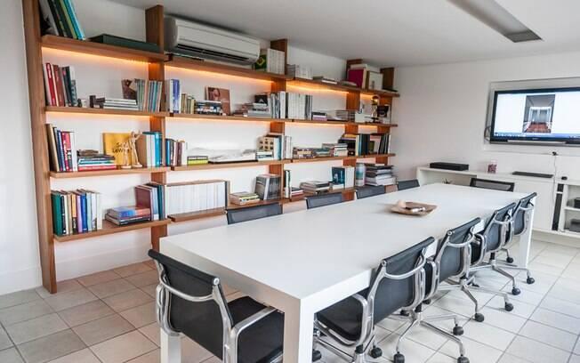A sala de reunião é usada para os arquitetos finalizarem os projetos e resolverem as pendências