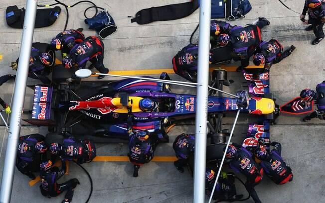 Sebastian Vettel para nos boxes da Red Bull  durante GP da Malásia
