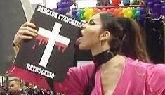 """Trans """"crucificada"""" em 2015 volta a protestar durante desfile em SP"""