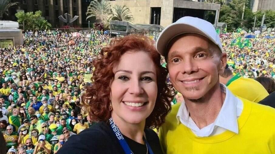 Carla Zambelli divulga foto com o cantor Netinho em ato na Avenida Paulista