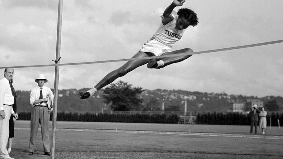 Alice Coachman praticando o salto