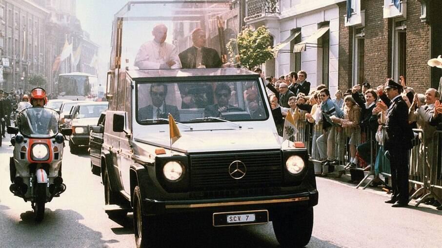 O primeiro papamóvel blindado foi introduzido pela Mercedes-Benz, em 1982 e tinha a base do Classe G
