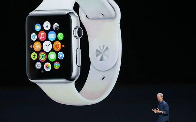 Tim Cook, CEO da Apple, apresenta o Apple Watch durante evento da empresa no mês passado