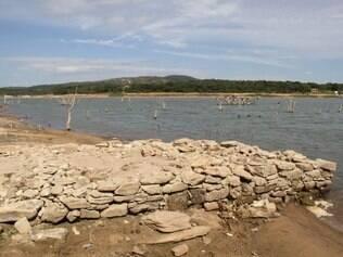 GERAL - BETIM - MG. GERAL - BETIM - MG. SECA - CRISE DE AGUA - LAGOA VARZEA DAS FLORES - FALTA DE CHUVA Na foto: marrecos  e  Gado vai a beira da Lagoa Varzea das Flores em Betim para beber agua, alem da falta de agua muita sujeira e encontrada ao redor da lagoa.  3/2/2015 FOTO: JOAO LEUS / OTEMPO  -
