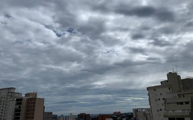 Domingo será de sol entre nuvens com chance de chuva à tarde