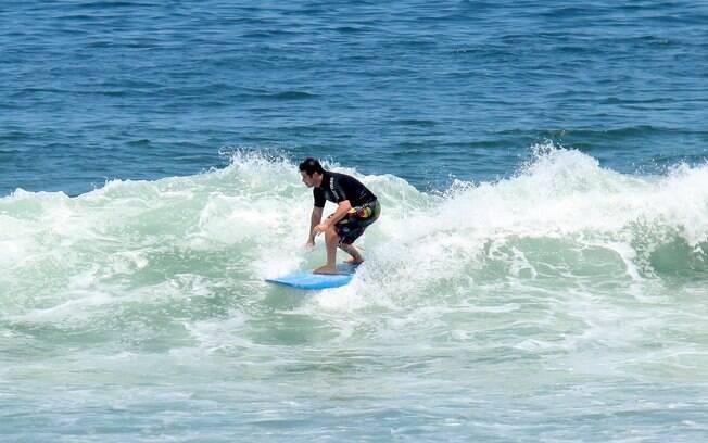 Murilo Benício surfa no Rio de Janeiro
