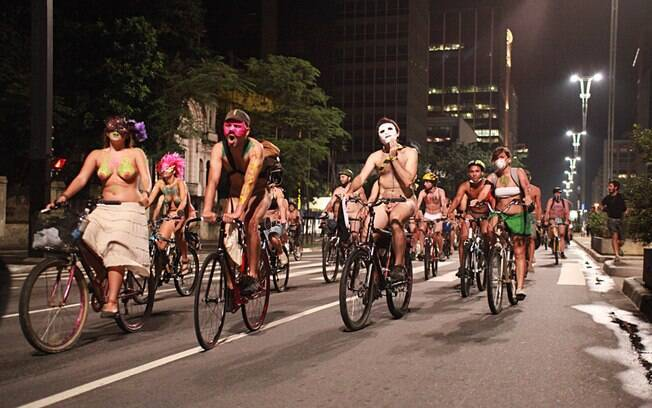 Protesto com cerca de 200 ciclistas seminus sai da avenida Paulista