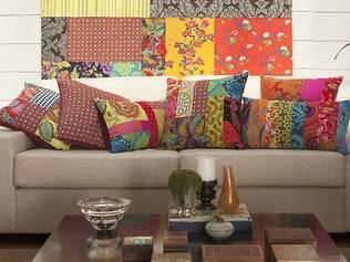 Almofadas coloridas, como estas de Ana Moreli, dão ar alegre à sala