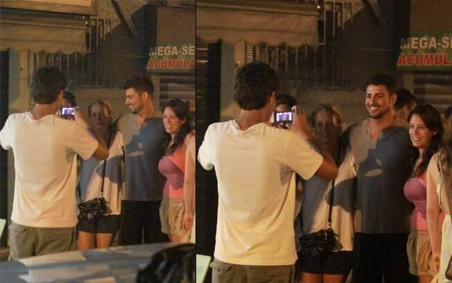 Cauã Reymond atendeu o pedido de algumas fãs e posou para fotos na saída de um restaurante nessa quinta-feira (23), no Rio