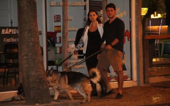 Acompanhada do namorado, Milena Toscano passeou com os cachorros...