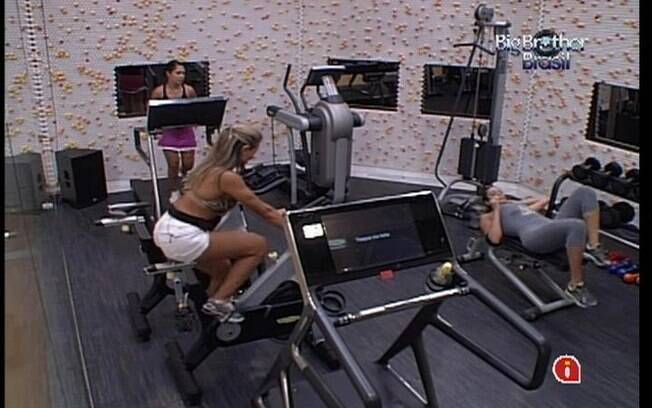 Meninas se jogam nos aparelhos da academia