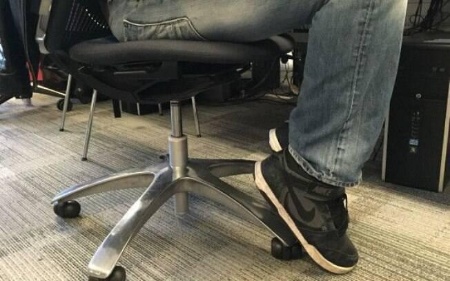 Consiste em pressionar os calcanhares nos pés da cadeira, com as pernas flexionadas, como se a pessoa quisesse quebrar o pé da cadeira