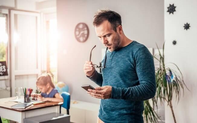 Mesmo sem olhar o celular, é sempre bom estar perto dos filhos para saber o que eles estão fazendo ou assistindo na web