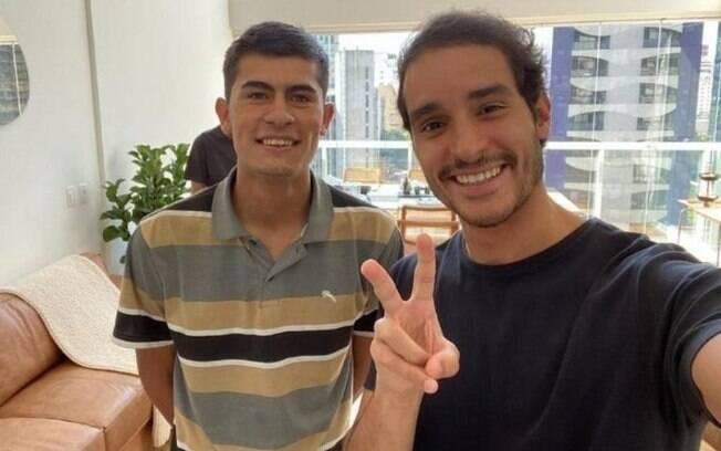 Matheus Pires ao lado de Raphael Avellar, empresário que o contratou
