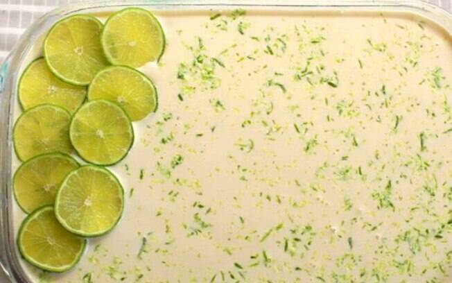 Uma possibilidade para decorar o pavê de limão é colocar rodelas além das raspas