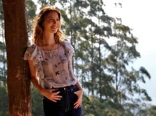 Nathalia Dill como Laura