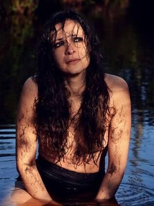 Sabrina Korgut posa nua em um lamaçal