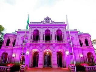 Neste mês, prédios são iluminados de rosa para alertar sobre a doença