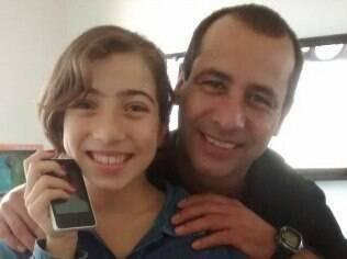 Maria Fernanda queria o celular desde os 10 anos de idade; pai conseguiu segurar até os 12