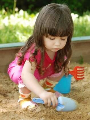 Pás e baldinhos para brincar na areia: brinquedos ideais para crianças de um a três anos
