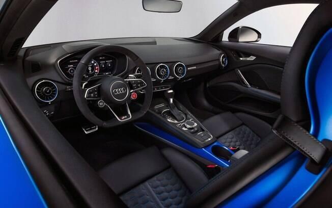 Volante do Audi TT RS é inspirado nos modelos de competição. Para dar a partida, aperte o botão vermelho