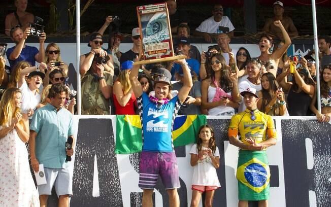 O australiano Julian Wilson comemora vitória em etapa de Pipeline no Mundial de Surfe, contra Medina