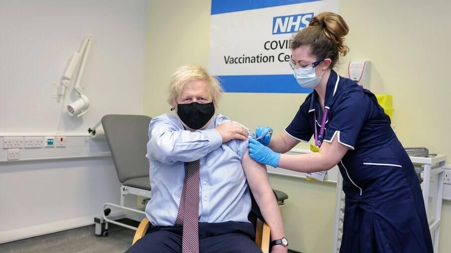O ministro recebeu a primeira dose da vacina nesta sexta-feira (19)