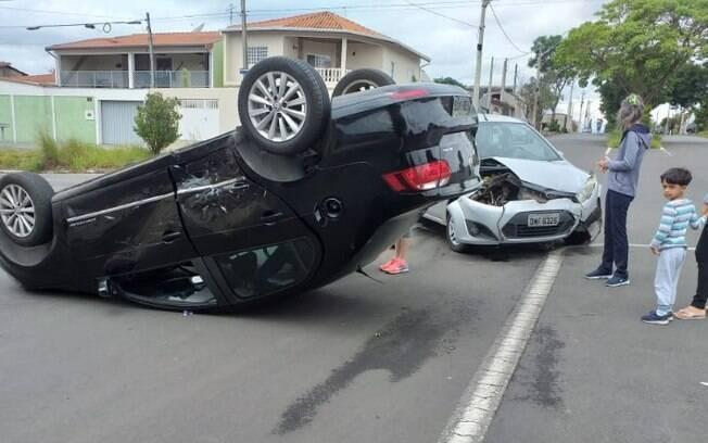 Carro capota após colisão na região do Ouro Verde