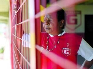 Tia Lurdinha observa tudo atrás da grade de proteção do estádio