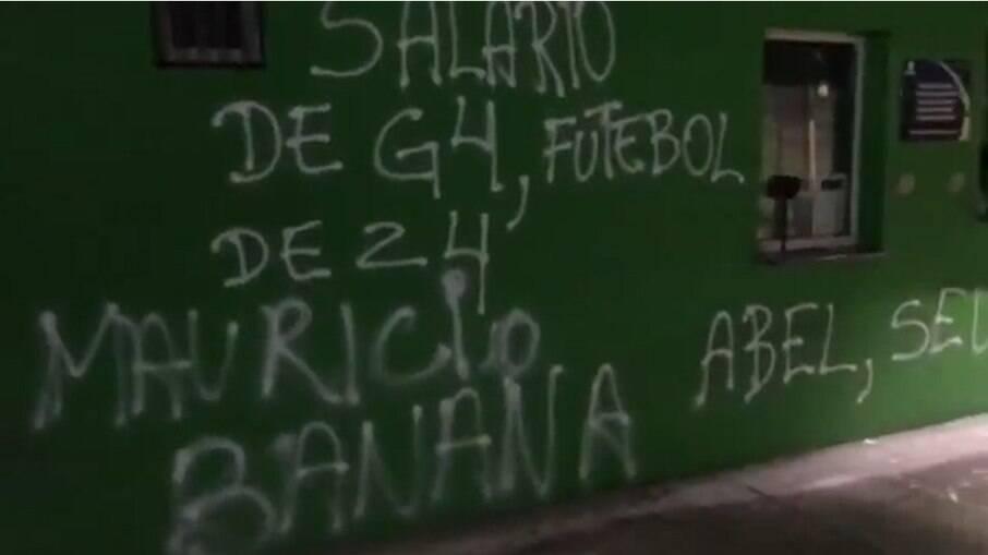 Muros do estádio do Palmeiras são pichados após derrota