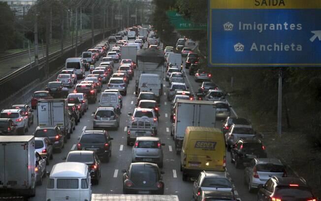 Queda de operários de um andaime causou trânsito na Marginal Pinheiros