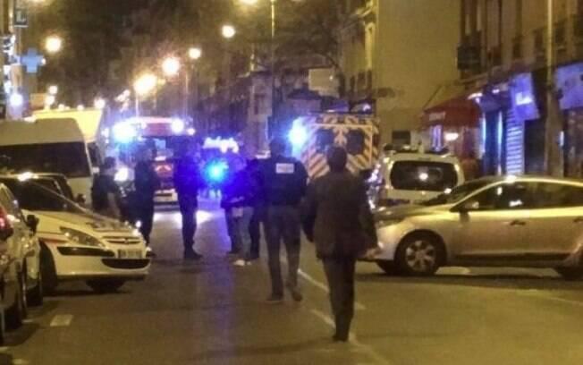 Autoridades se movimentam pelas ruas de Paris após a carnificina praticada por terroristas
