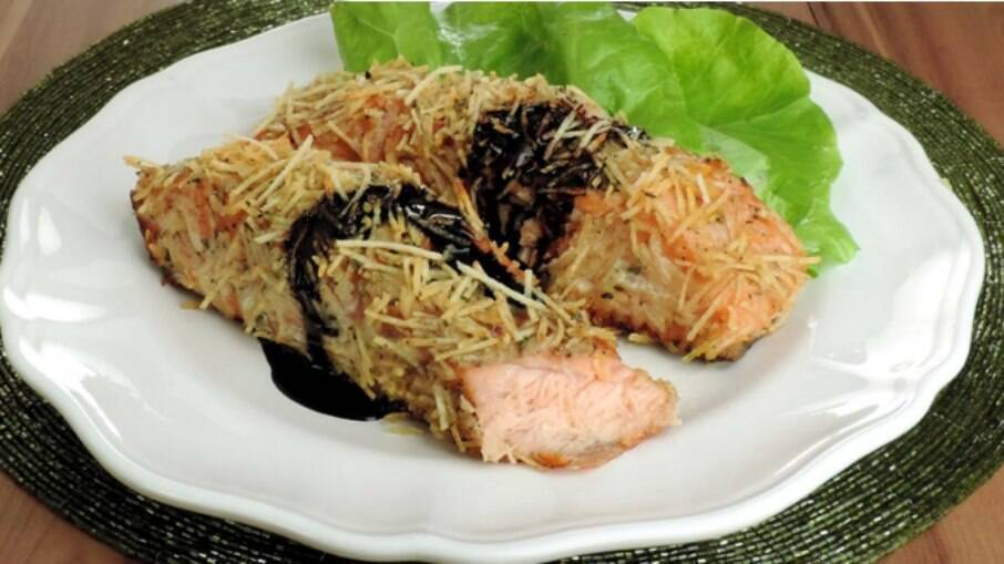 Que tal preparar um prato delicioso e fácil com salmão? Confira a receita de salmão em crosta de batata palha!