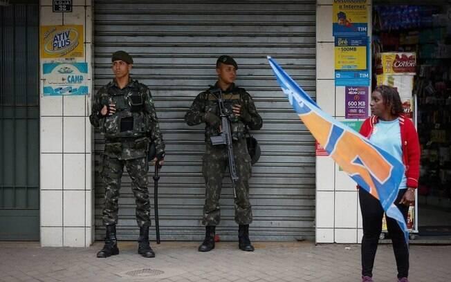 Militares reforçam segurança em Nova Iguaçu, na véspera da eleição de 2016