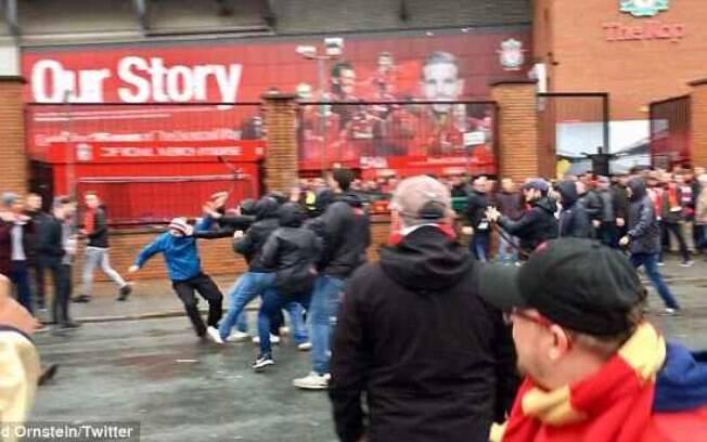 Parte do vídeo que mostra os torcedores da Roma brigando com os do Liverpool, antes do duelo pela Liga dos Campeões