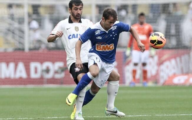 Douglas e Everton Ribeiro no encontro entre Corinthians e Cruzeiro