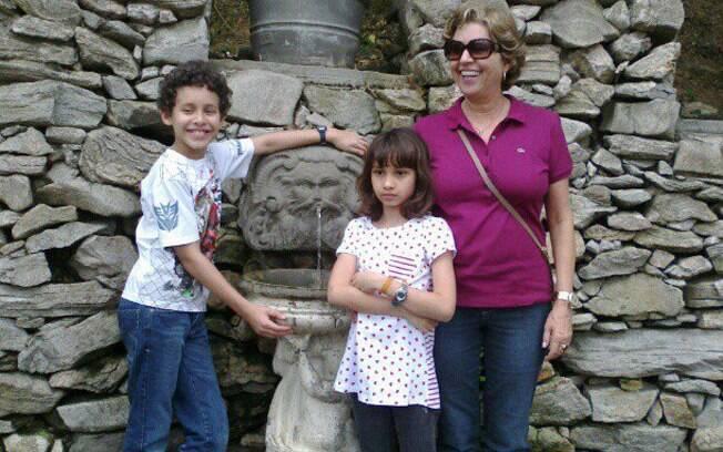 Antônia com os netos Rafael e Giovanna