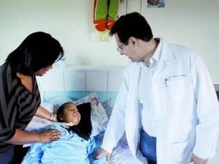 De perto. Gledson, filho de Ana Paula, tem o apoio do médico pneumologista Alberto Vergara em casa