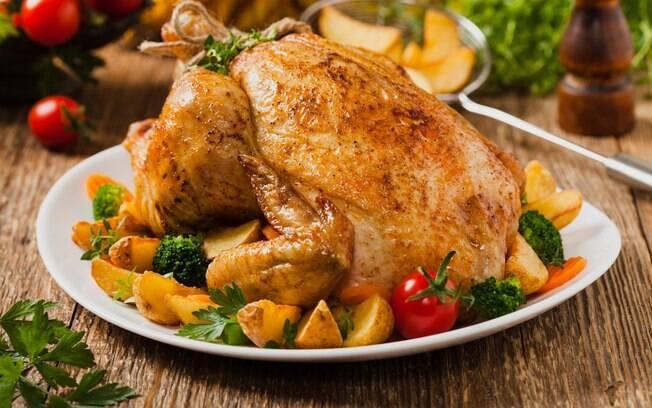 Um ingrediente comum em bolos pode fazer a diferença no preparo do frango e deixá-lo dourado e crocante