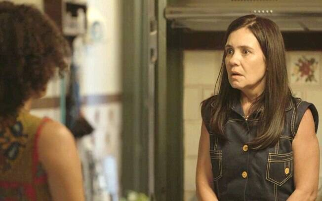 Após discutirem, Thelma dá à luz e não deixa Camila se aproximar do bebê