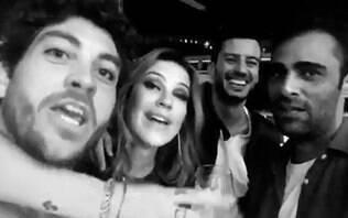 """A fila andou? Luana Piovani posa com amigos e brinca: """"Três namorados"""""""